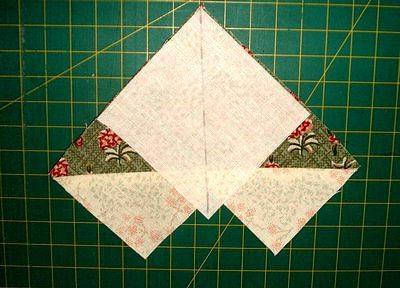 на угол бывшего большого квадрата каждой из этих заготовок опять накладываем маленький квадратик и снова отмечаем диагональ