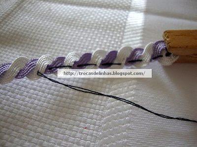 прошиваем тесьму нитками в цвет чтобы она не скручивалась