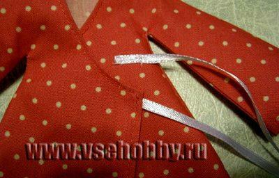 пришиваем завязки ленточки к халату куклы Тильды