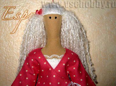 надеваем сшитый халат на куклу Тильду