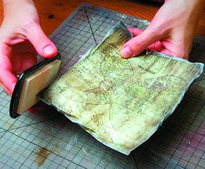 состариваем край скрап бумаги белой штемпельной подушечкой