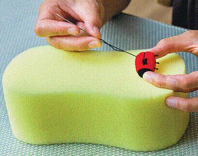 делаем божьей коровке в технике сухого валяния лапки из ниток