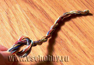 завязываем на конце крученки узелок из ниток