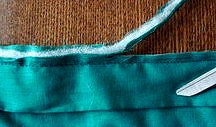отрезаем лишние припуски на швы при окантовке лоскутного одеяла тканью своими руками