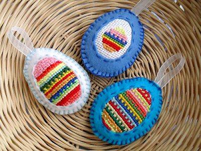 яйца на пасху из флиса с вышивкой крестом на обратной аппликации