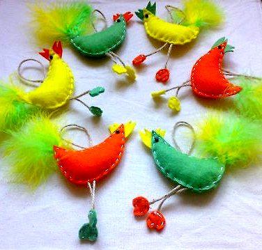 петухи из флиса с хвостами из настоящих цветных перьев