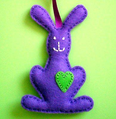 кролик из фиолетового флиса на Пасху своими руками