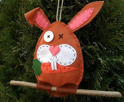 подвеска кролик на Пасху с веточкой в лапках для утяжеления своими руками из флиса
