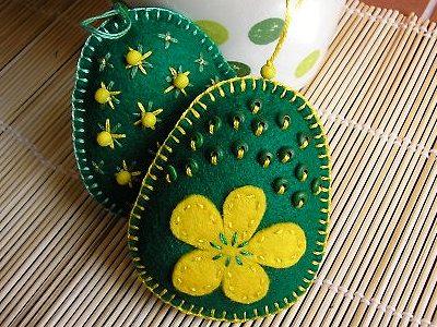 яички ручной работы на Пасху с вышивкой бисером и аппликацией