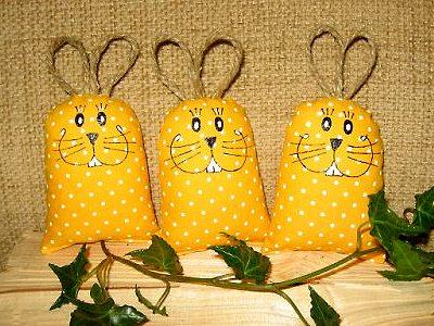 идея пасхального сувенира зайки мешочки своими руками