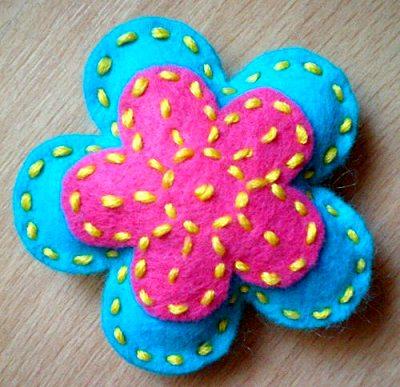 пасхальный цветочек из флиса двух цветов своими руками
