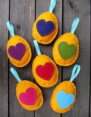 яйца на пасху с аппликациями из флиса в форме сердечек своими руками