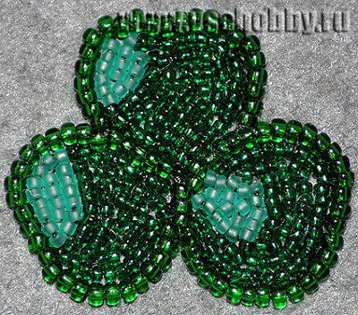 заполняем зелёным бисером листочки ирландского клевера