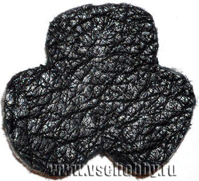 изнаночная сторона кулона с вышивкой бисером ирландского клевера