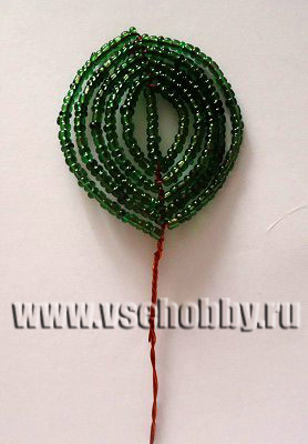 готовый листик из бисера в технике французского плетения дугами своими руками готов