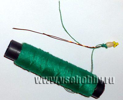 обматываем нитью тычинку фиалки из бисера своими руками
