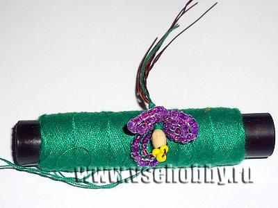 приматываем нитью к тычинке 3 маленьких лепестка фиалки ручной работы из бисера