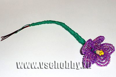 обматываем зелёной нитью всю ножку цветка фиалки из бисера своими руками