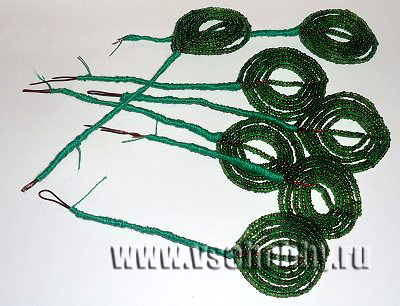 обматываем ножки листьев из бисера зелёной ниткой своими руками
