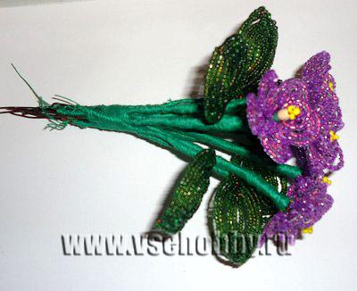 соединяем цветки фиалки из бисера с листьями в единую композицию