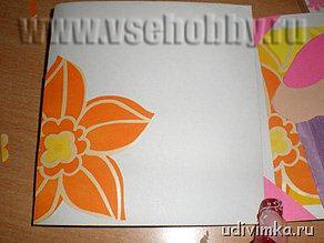 приклеиваем фрагменты цветы украшаем открытку ручной работы