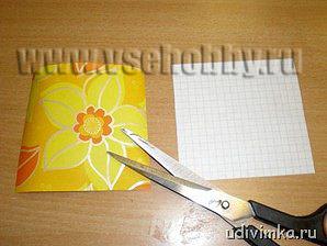 вырезаем из оберточной бумаги квадраты для фона открытки ручной работы