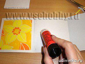 приклеиваем квадраты из оберточной бумаги на основу открытки своими руками