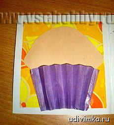 из бумаги делаем корзиночку для кексика на открытке к 8 марта ручной работы