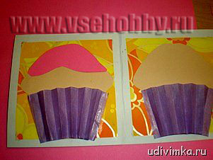 украшаем пирожное на открытке ручной работы кремом из цветной бумаги и конфетти из пайеток
