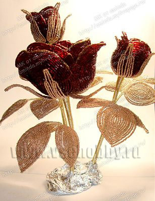 составляем композицию из бисерной розы и бутонов своими руками