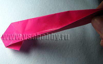Складываем бумажную полоску пополам, начиная со свободного конца