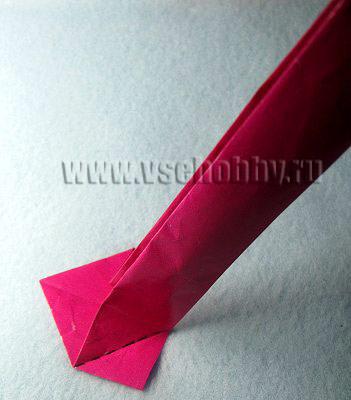 Поднимаем сложенную бумажную полоску и ставим её перпендикулярно плоскости стола