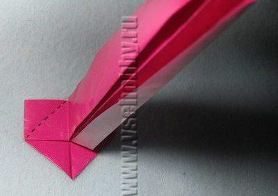 Отогнутая часть бумажной полоски виднеется из-за основной её части
