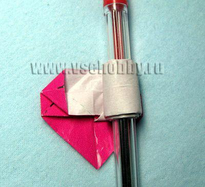 Для того чтобы колечко было проще скручивать, придавая нужный размер, накручиваем его на ручку