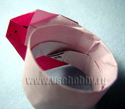 Вставляем бумажный кончик полоски в кармашек и засовываем дальше, пока кольцо не станет нужного размера