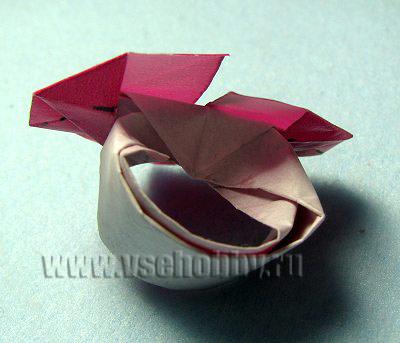 загибаем верхнюю треть бумажной полоски вниз внутрь кольца