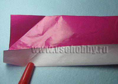 Половину бумажной полоски сгибаем ещё пополам