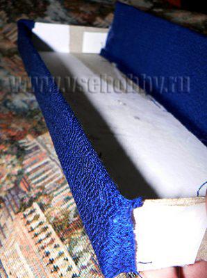 заднюю стенку тоже обклеиваем тканью своими руками сразу с двух сторон