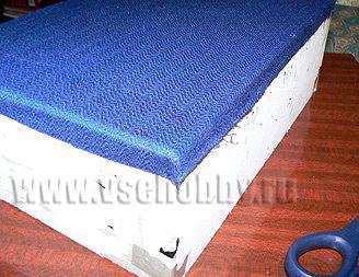 обклеиваем комод ручной работы тканью на углах ткань срезаем