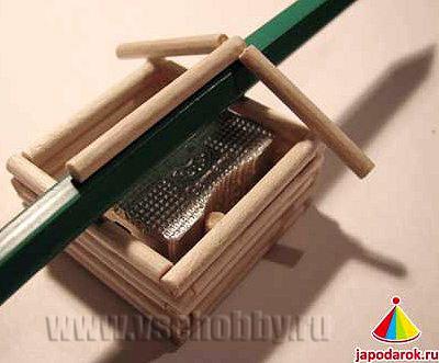 аналогично приклеиваем вторую опорную палочку для крыши китайского домика точилки ручной работы