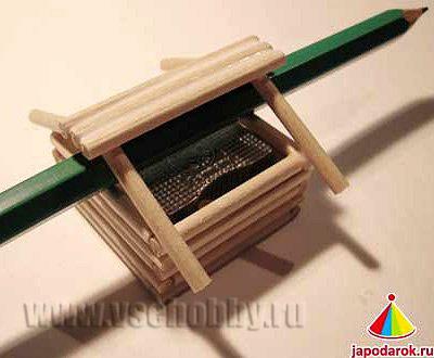 приклеиваем ещё по 2 палочки для жёсткости крыши китайского домика