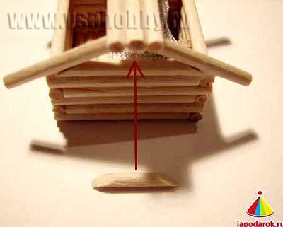 закрываем второй палочкой боковину крыши домика ручной работы