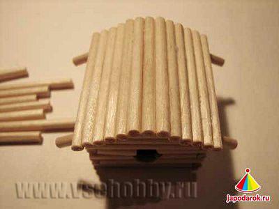 продолжаем укладывать крышу китайского домика ручной работы