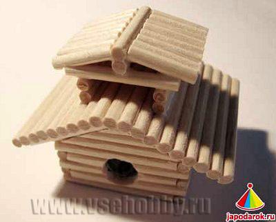 зашкуриваем неровности домика ручной работы из шашлычных шампуров