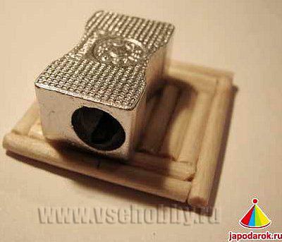 пристраиваем точилку на основание китайского домика ручной работы из деревянных шашлычных палочек
