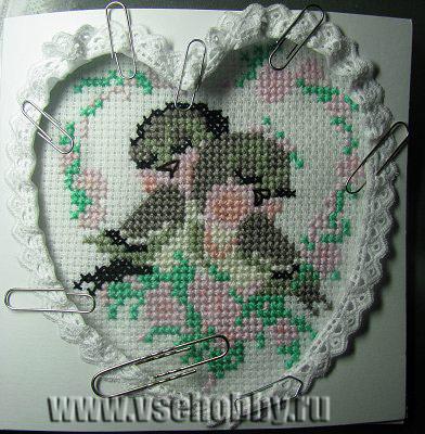 закрепляем кружева и приклеиваем канву вышивки к открытке валентинке