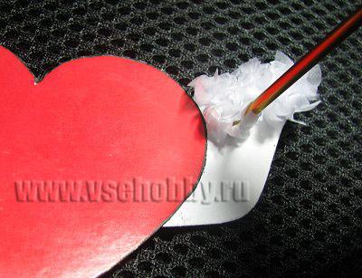 приклеиваем смятый бумажный квадратик на картонную деталь крыла сердечка валентинки