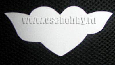 деталь сердечка из белого картона с крыльями