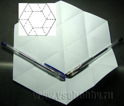 сгибаем шестиугольник где лежат ручки делаем снежинку оригами своими руками