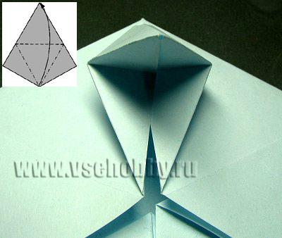 только что сделанные сгибы прогибаем в противоположную сторону делаем оригами снежинку своими руками